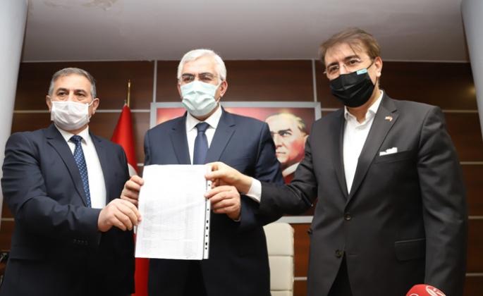 AK Parti İl Başkanı Öz, mazbatasını aldı