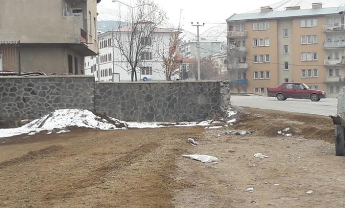 Büyükşehirin alternatif yolu bahçe duvarına takıldı!
