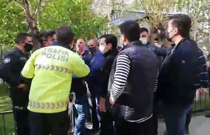 Cami önünde polis ve vatandaşlar arasında gerginlik