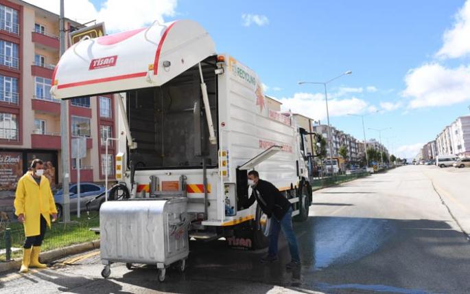 Çöp konteynerleri özel araçla dezenfekte ediliyor