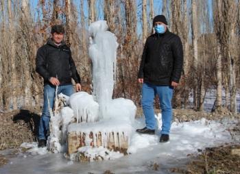 Çeşme soğuktan patladı, ortaya buzdan heykel çıktı