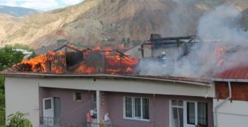 Dört katlı binanın çatısında çıkan yangın korkuttu