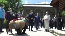 Erzurum'da Cuma namazı hazırlığı... Cemaate seccade ve maske dağıtıldı