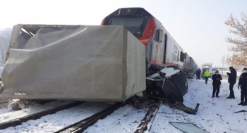 Erzurum'da tren kamyonete çarptı: 1 yaralı