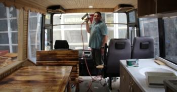 Eski otobüsleri karavana çeviriyor