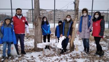 Gönüllü gençler doğadaki hayvanlara yem bıraktı