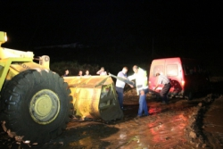 Yoğun yağmur ve sel Oltu-Narman Karayolunu trafiğe kapattı