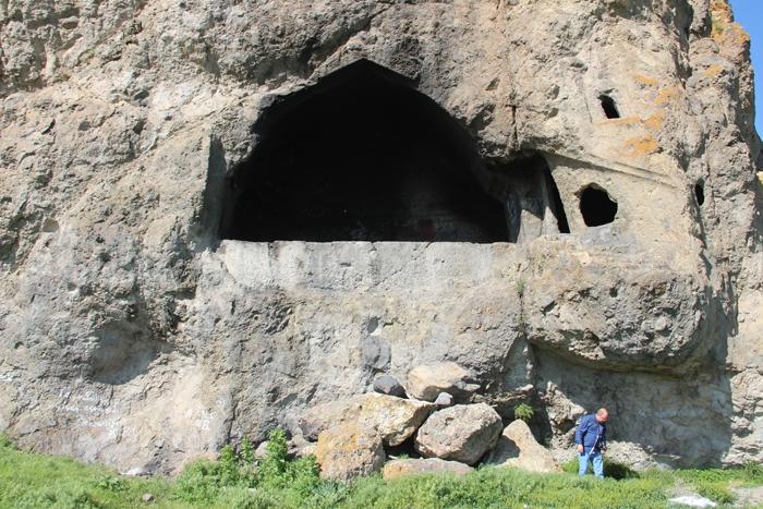 3 bin yıllık mezarlığın taşlarını spiral ile kestiler