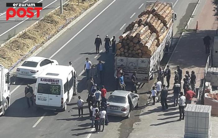Ağaç yüklü kamyon minibüse çarptı